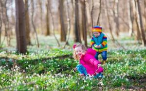 depositphotos_67093331-stock-photo-kids-playing-in-a-spring